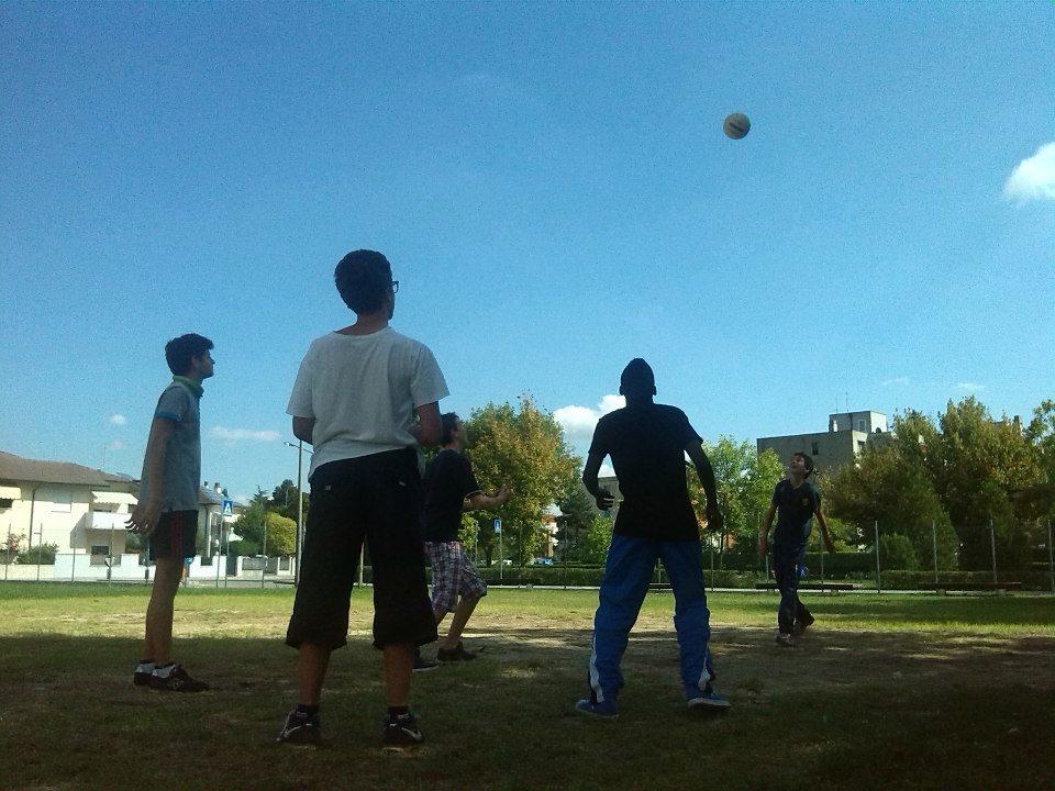 Ragazzi che giocano liberamente a pallavolo