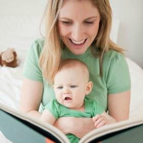una-mamma-che-legge-un-libro-al-figlio